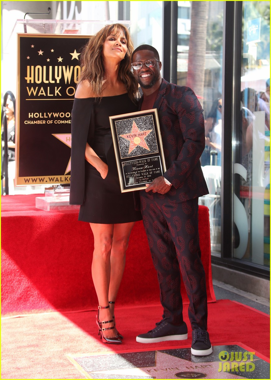 kevin hart gets support from family halle berry at walk of fame ceremony 063782672