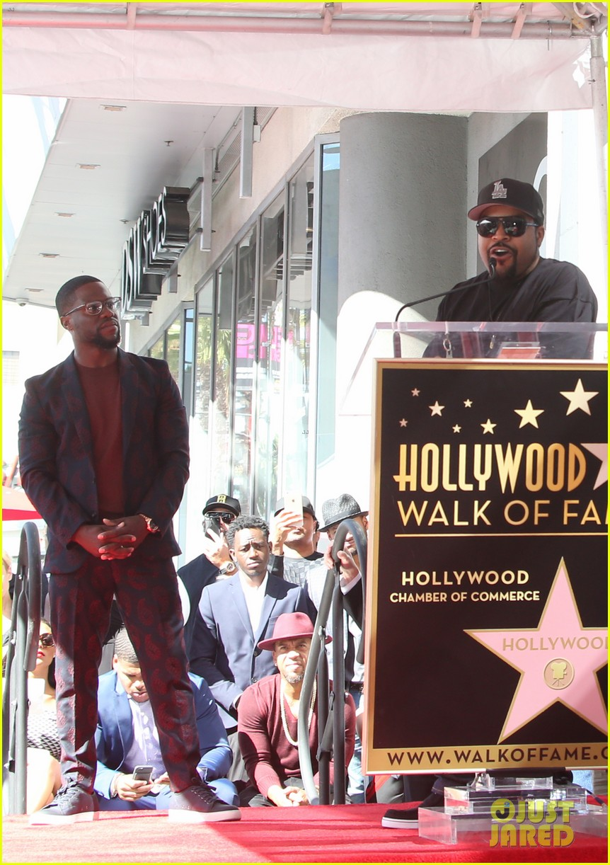kevin hart gets support from family halle berry at walk of fame ceremony 213782687