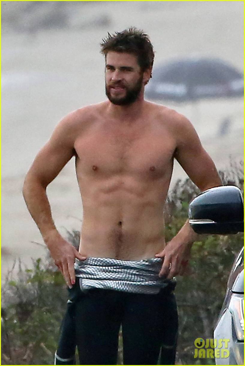 Liam Hemsworth Bares Ripped Abs While Stripping Out of ... Orlando Bloom Paddle