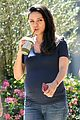 mila kunis grabs a smoothie with girlfriends 04