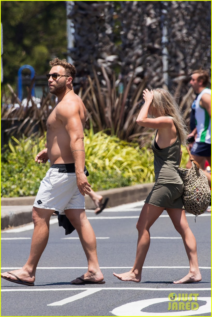 jai courtney looks so hot while shirtless with girlfriend mecki dent 093817489