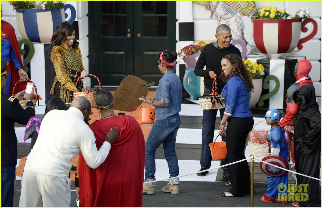 Barack & Michelle Obama Dance to 'Thriller' for Last Halloween at ...