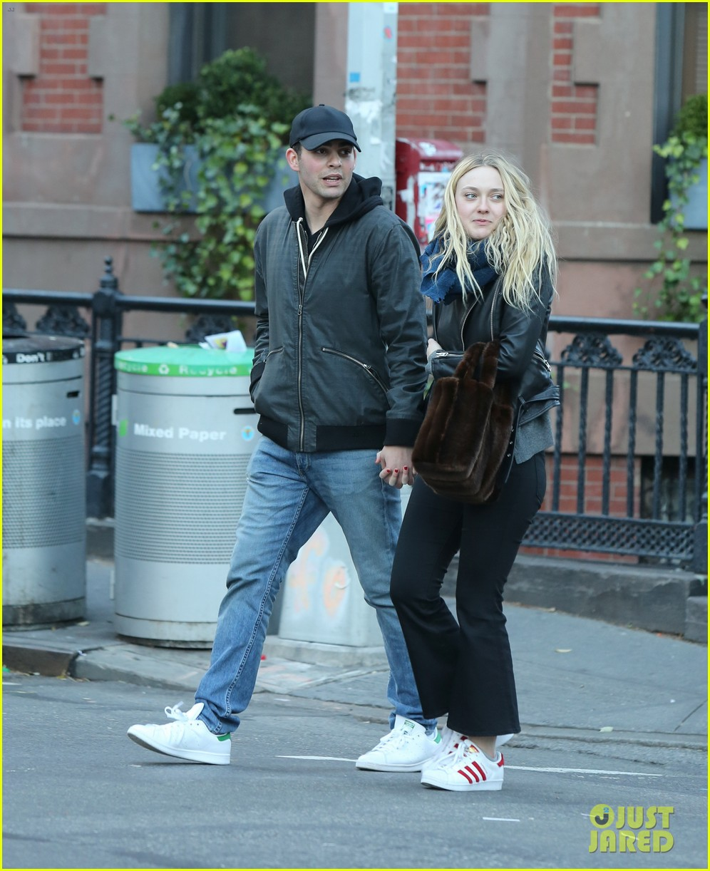 dakota fanning holds hands with mystery man in nyc2 023822148