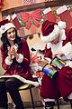 katy perry orlando bloom dress as santas for childrens hospital visit 02