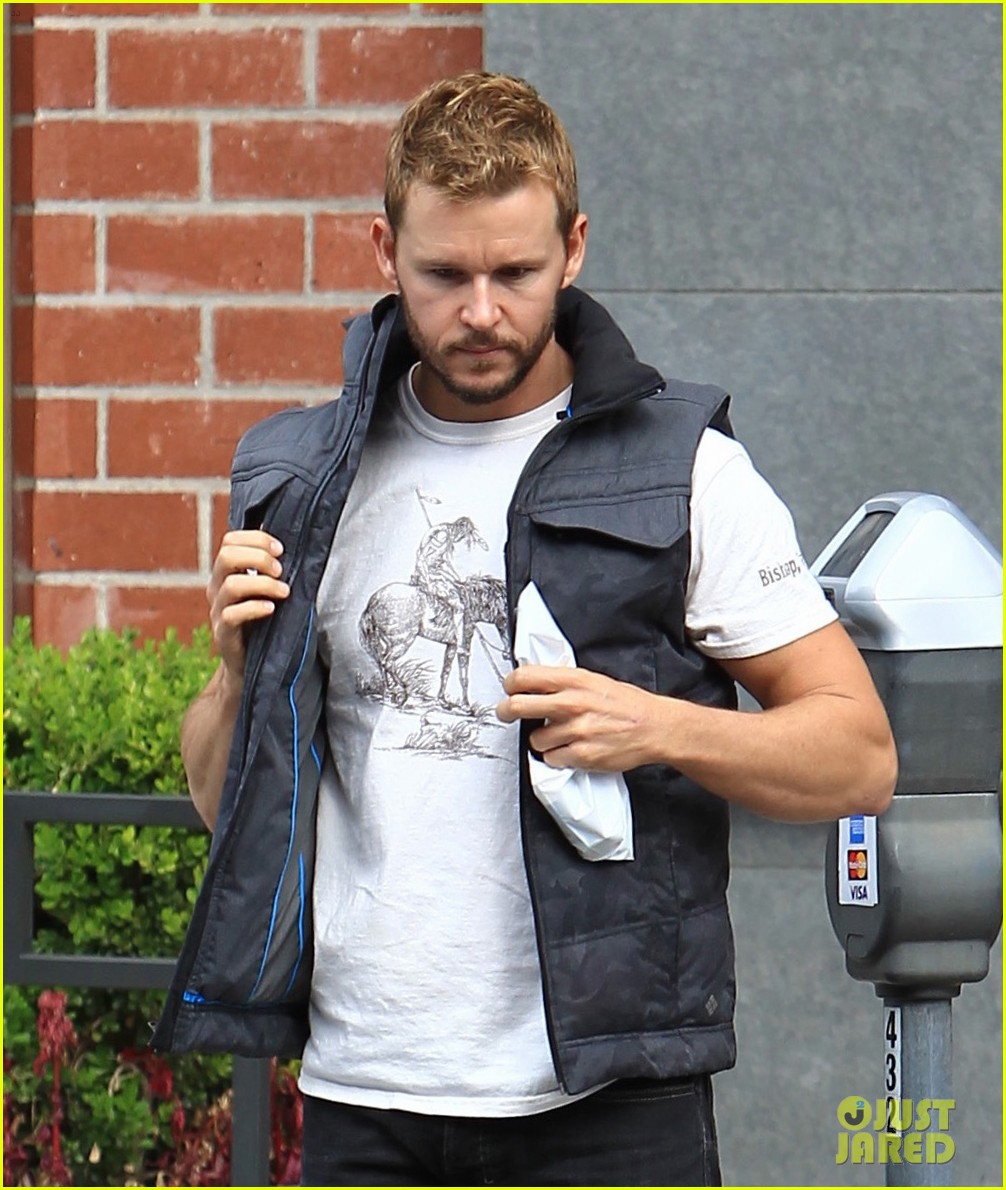 About Photo #3824170: Ryan Kwanten zips up his vest as he makes his way out of an appointment on Tuesday afternoon (December 6) in Beverly Hills, Calif. The 40-year-old former True… Read More Here