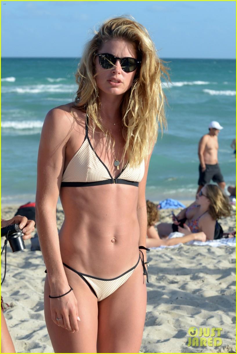 joan smalls doutzen kroes start the new year at the beach 043835538