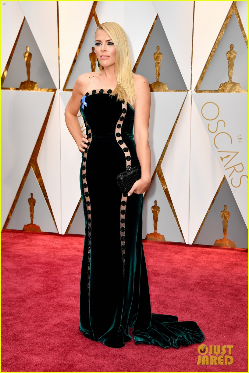 http://cdn04.cdn.justjared.com/wp-content/uploads/2017/02/busy-oscars/michelle-williams-busy-philipps-2017-oscars-03.jpg