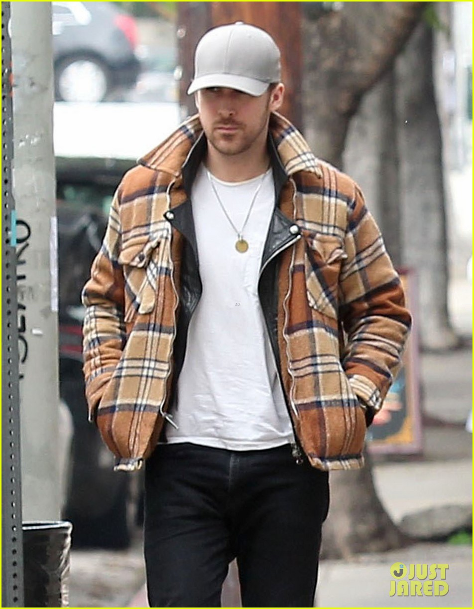 ryan gosling shows off piano skills in bts look from la la land 023863500