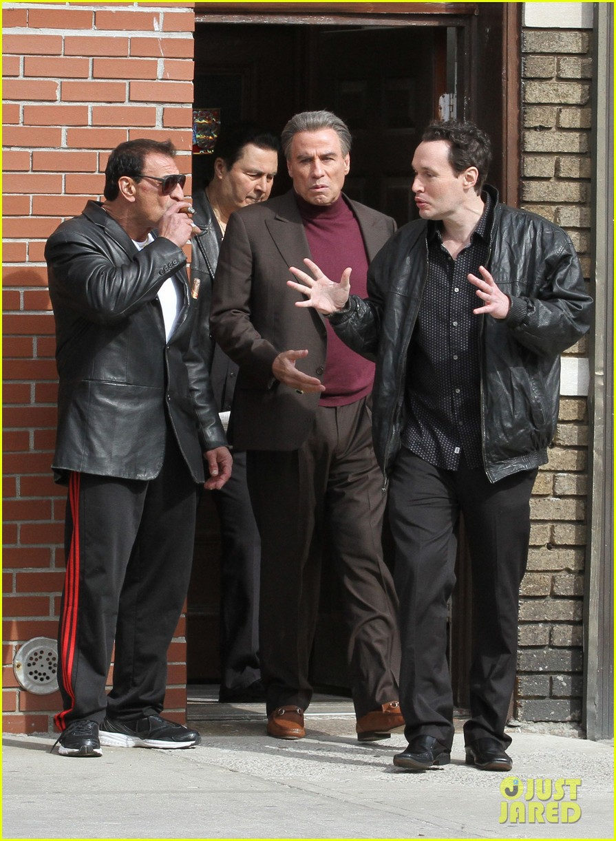 john travolta gets into character filming john gotti 033863547