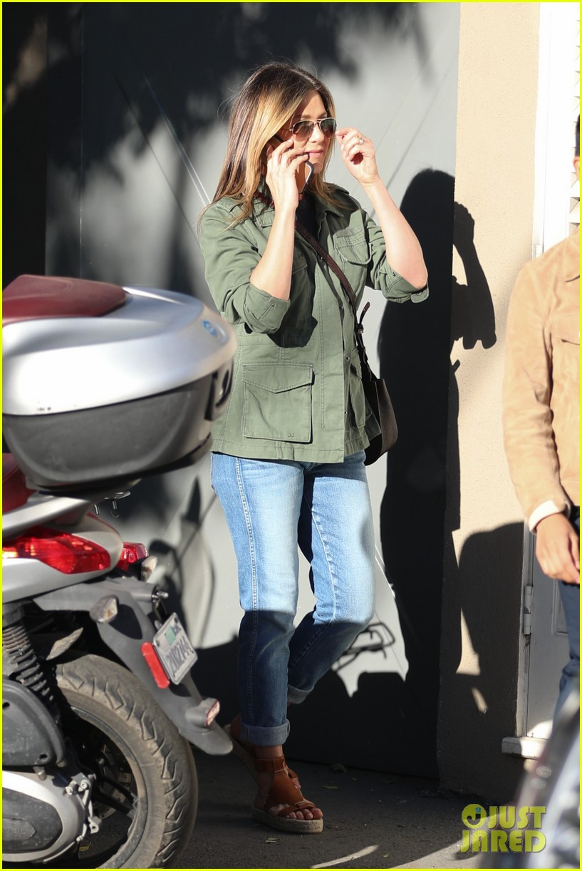 jennifer aniston spends the afternoon shopping 013871592