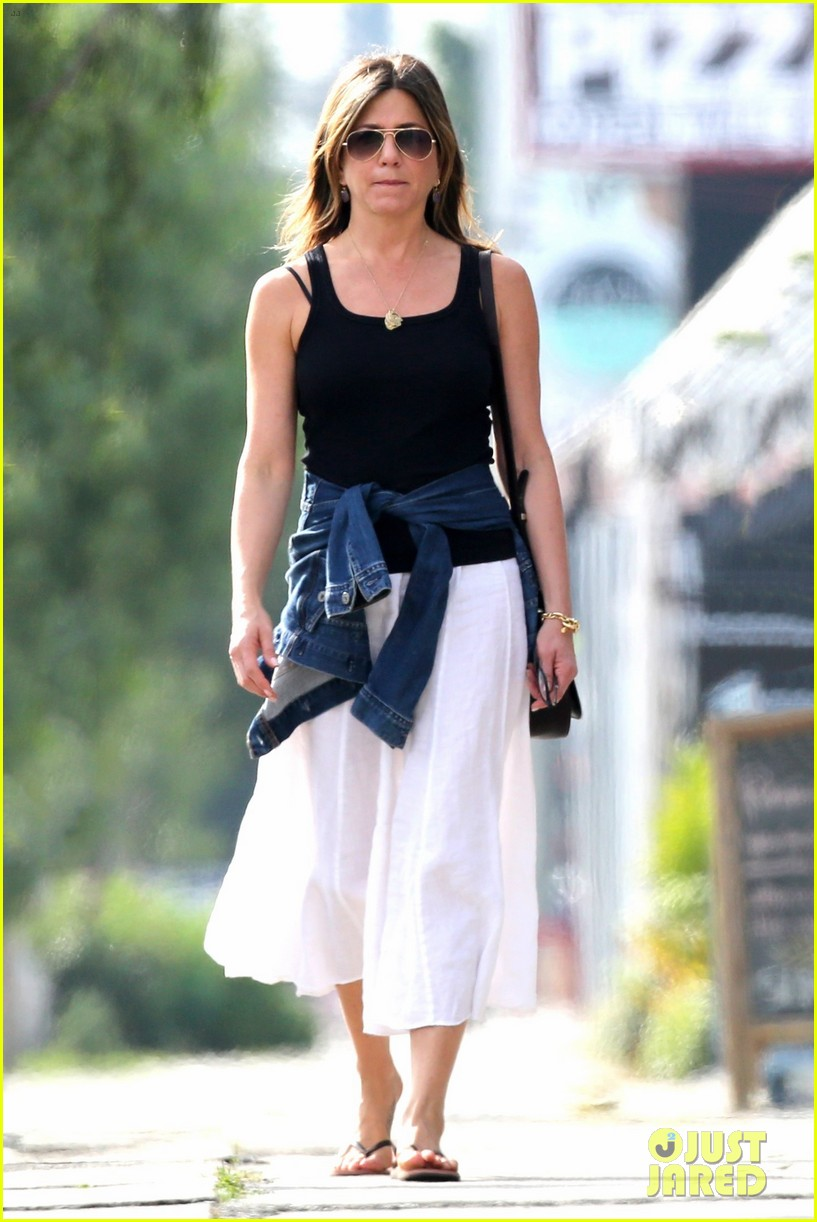 jennifer aniston shops west hollywood 013874100