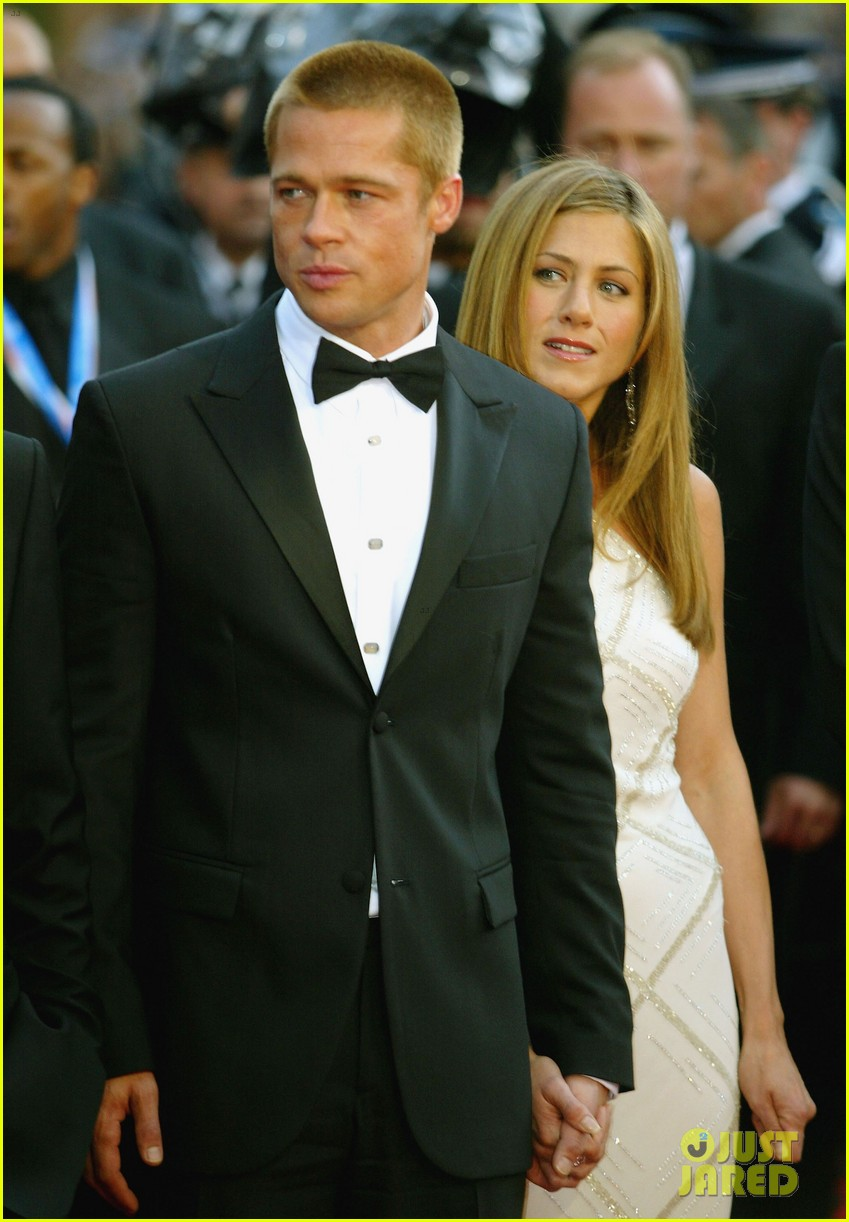 brad pitt jennifer aniston text each other 043868631
