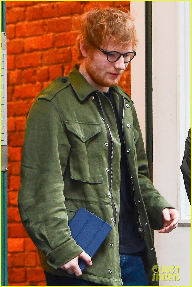 ed sheeran stops by taylor swifts apartment 023871094