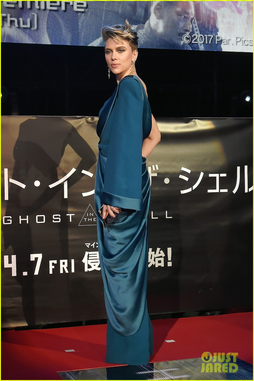 scarlett johansson kicks off ghost in the shell press tour in tokyo 023874805