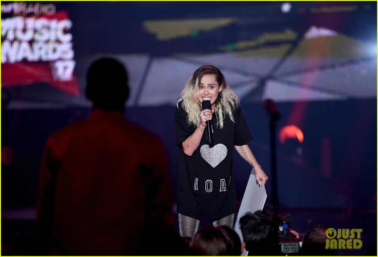 miley cyrus noah cyrus fan girl iheartradio music awards 2017 013870213