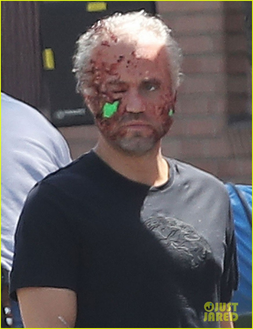 The Assassination of Gianni Versace:  American Crime Story - Page 2 Edgar-ramirez-face-is-bloodied-beat-up-versace-set-02