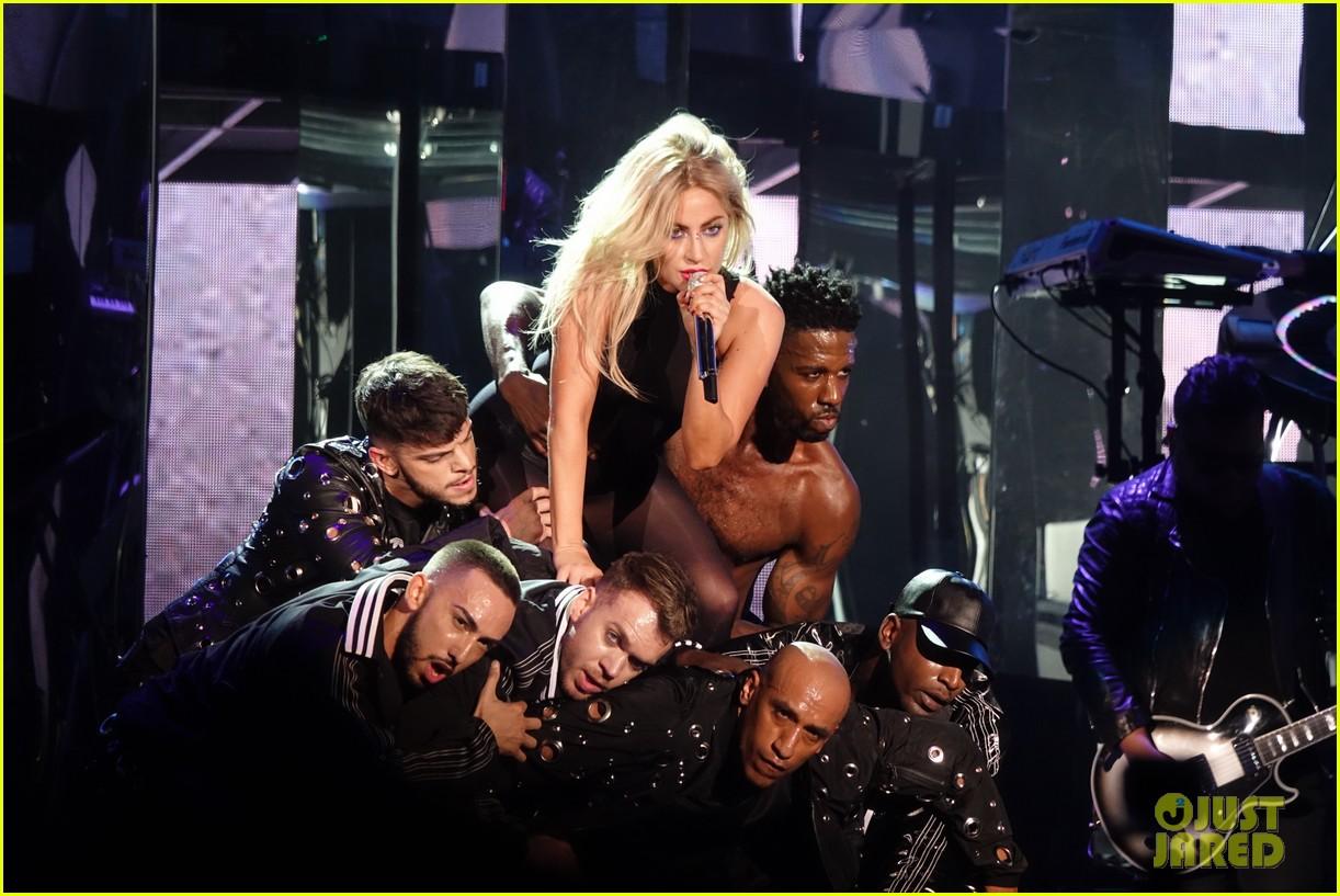 Lady Gaga - Σελίδα 3 Lady-gaga-coachella-fashion-04