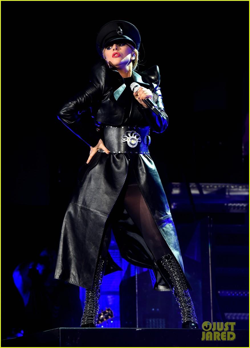 Lady Gaga - Σελίδα 3 Lady-gaga-coachella-fashion-10