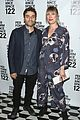 oscar isaac pregnant girlfriend elvira lind debut baby bump at ps 122 gala 01