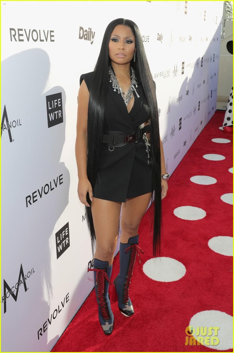 Kim Kardashian Mingles... Fergie