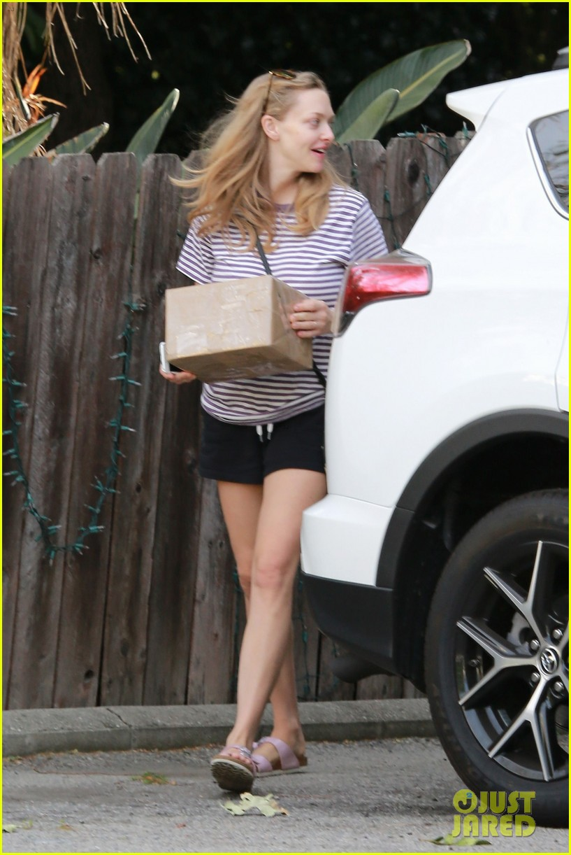 amanda seyfried spends time with her mom after first official post baby appearance 033891809