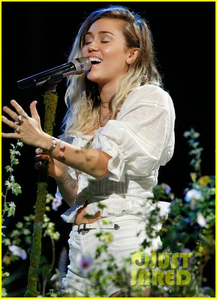 miley cyrus performs malibu on the voice finale013904479
