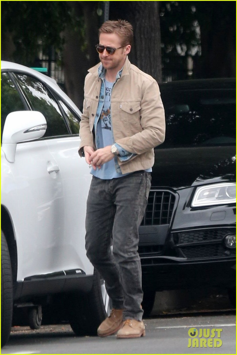 ryan gosling puts on red nose for red nose day 043905658