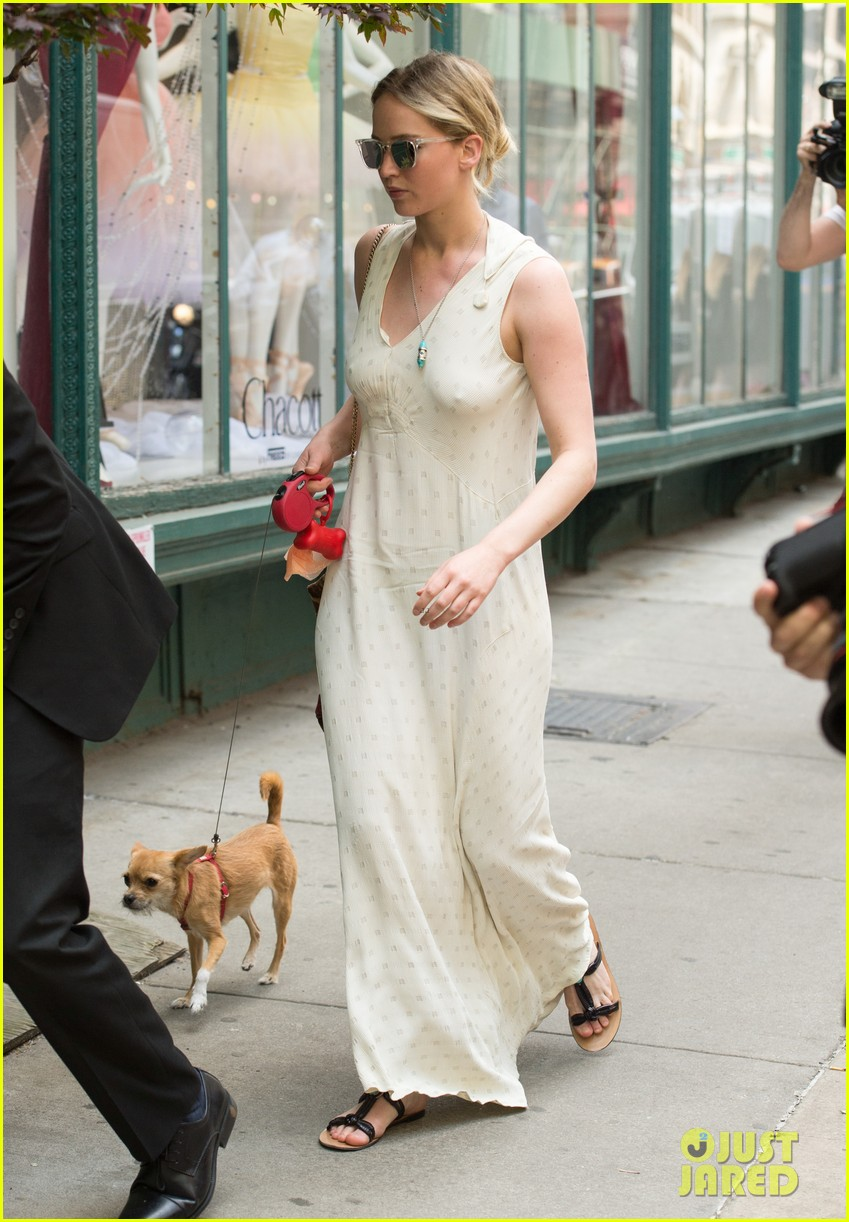jennifer lawrence visits boyfriend darren aronofskys house with her dog 093901646