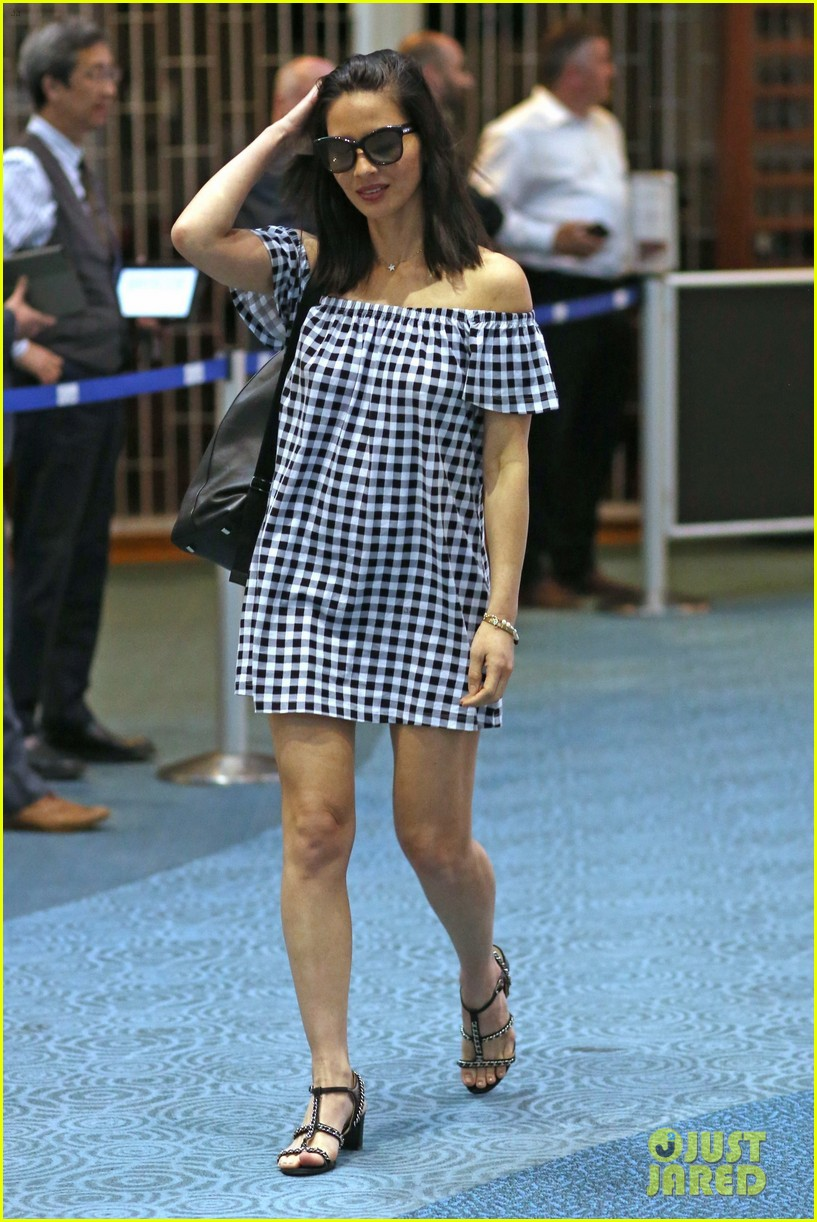 olivia munn is hard at work on the predator in canada043907243