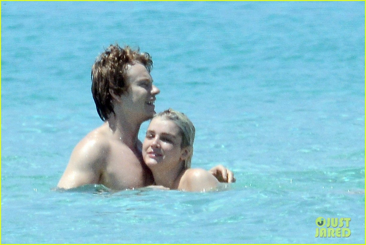alfie allen hits the beach with his girlfriend 043914977