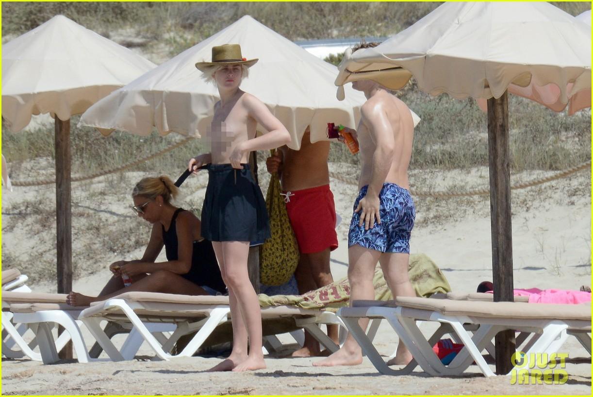alfie allen hits the beach with his girlfriend 413915014