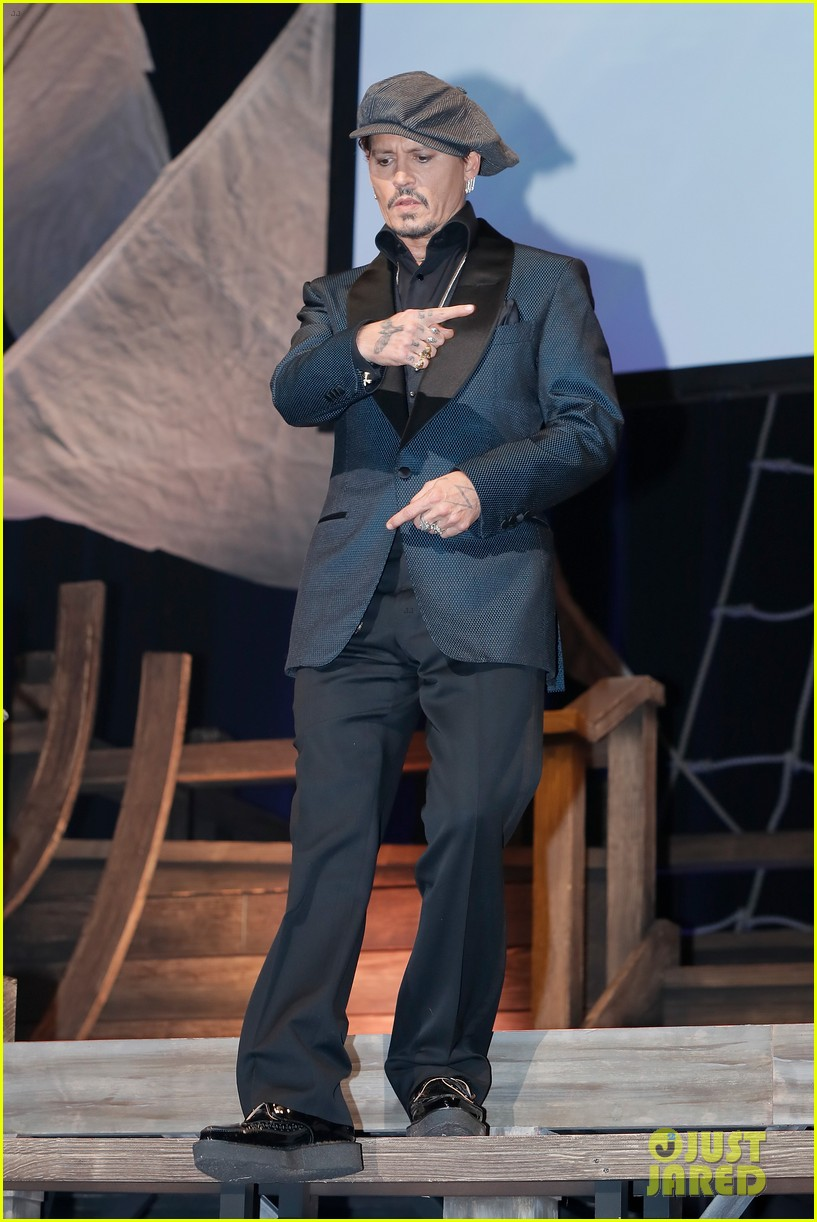 johnny depp joins pirates of the caribbean cast at japan premiere 023916794