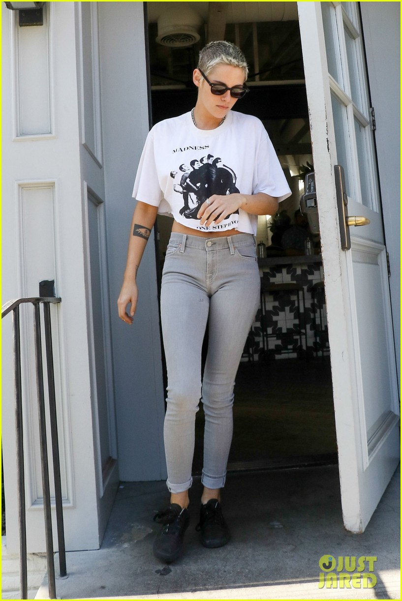 kristen grabs lunch with gf stella in weho023921245