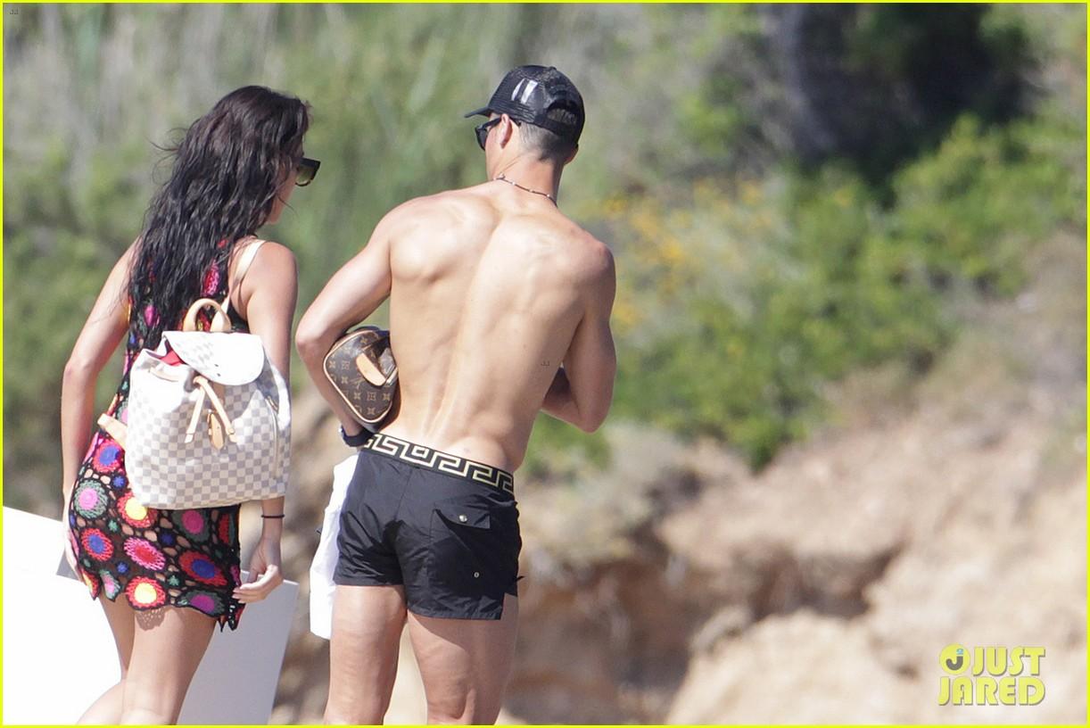 cristiano ronaldo flaunts hot body alongside girlfriend georgina rodriguez 043907994