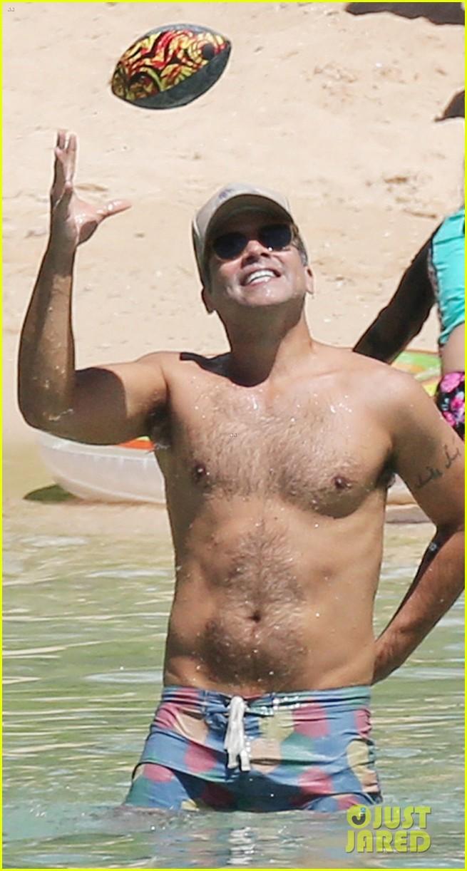 jessica alba lounges in a bikini with shirtless cash warren 043928757