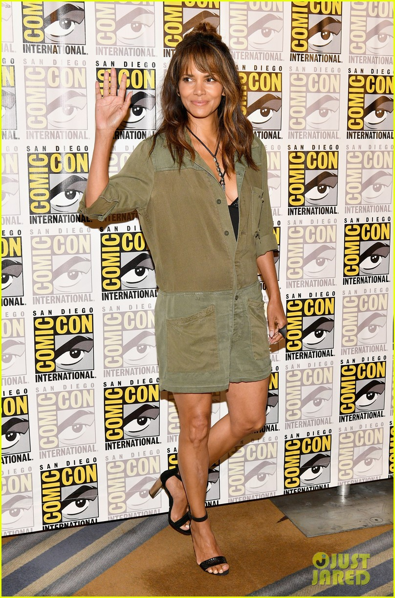 halle berry chugs whiskey served by channing tatum 013930853