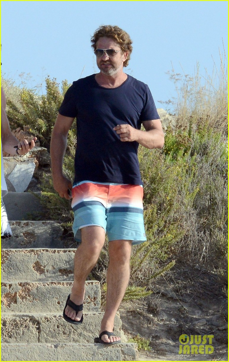 gerard butler long hair beach spain 04