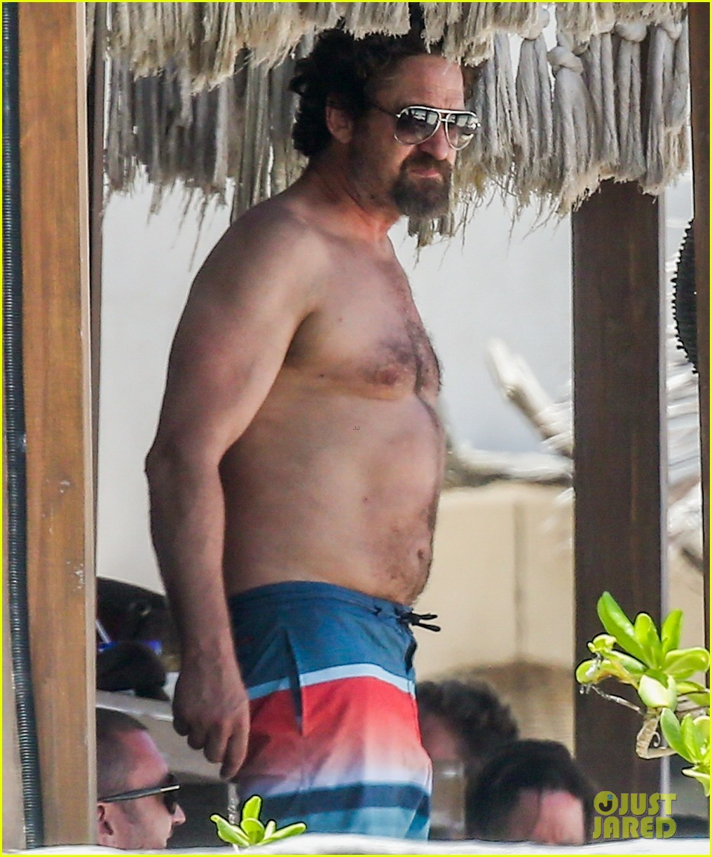 gerard butler on again gf hit the beach in mexico033922439