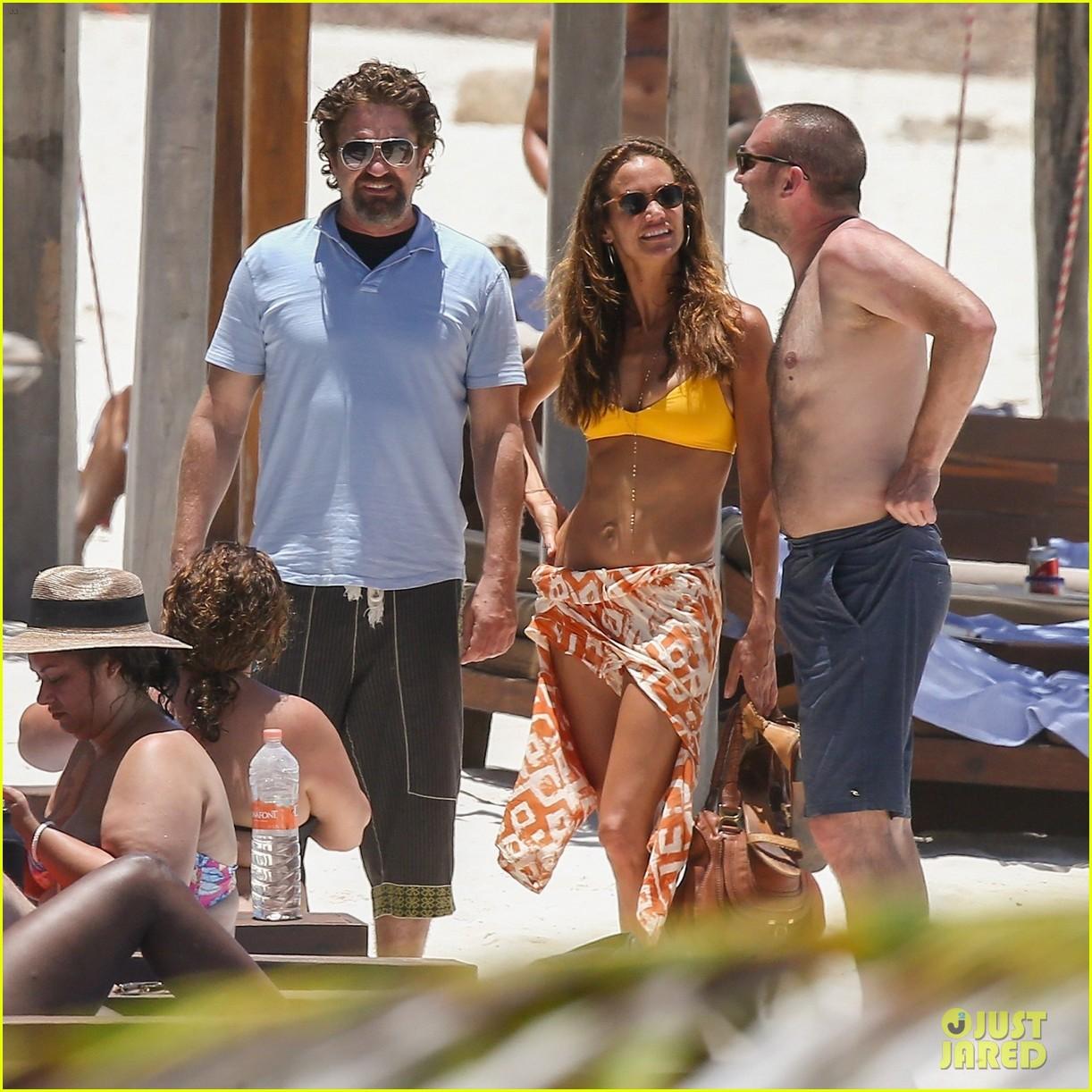 gerard butler on again gf hit the beach in mexico21
