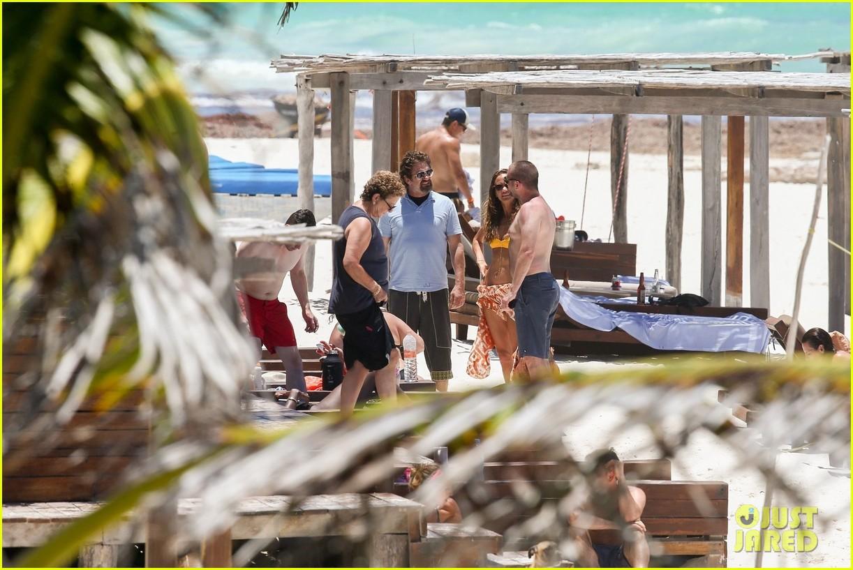 gerard butler on again gf hit the beach in mexico263922462