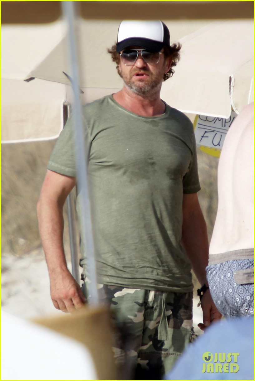 gerard butler beach boat spain friends 023930680