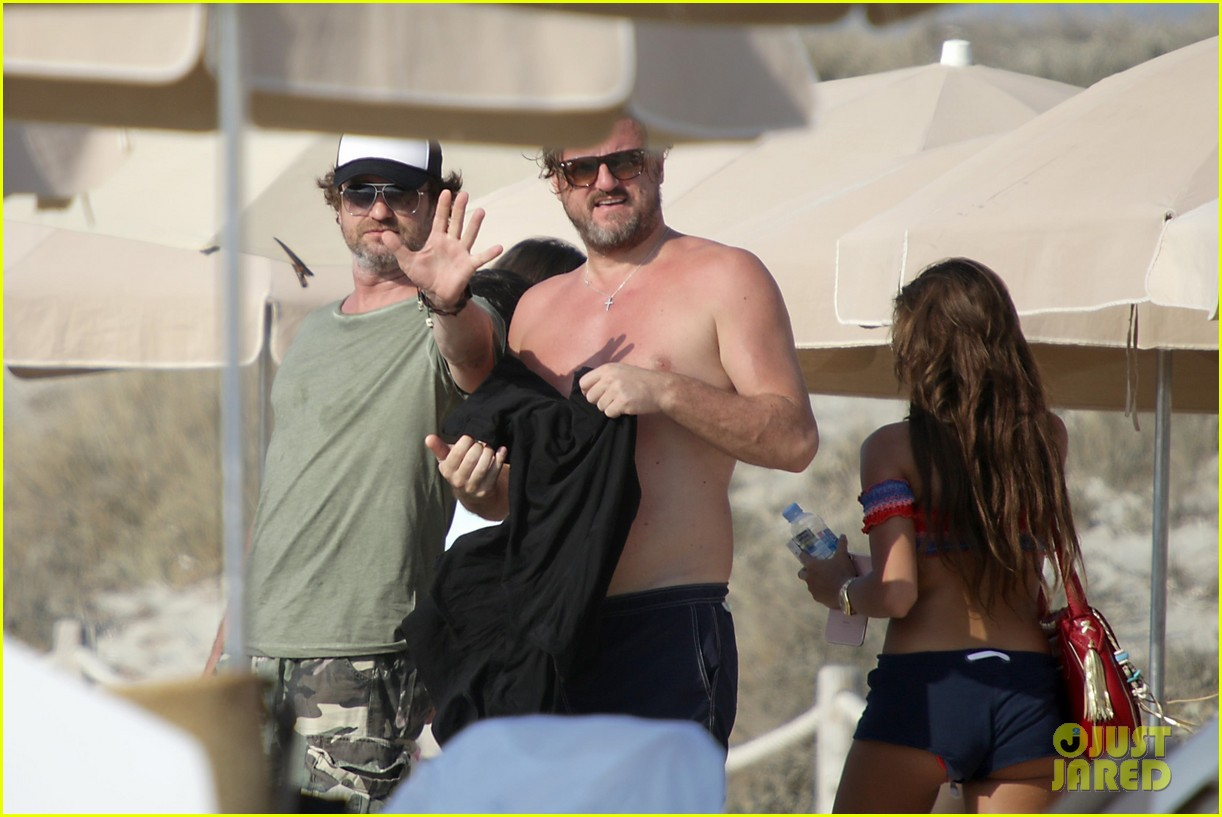 gerard butler beach boat spain friends 353930713