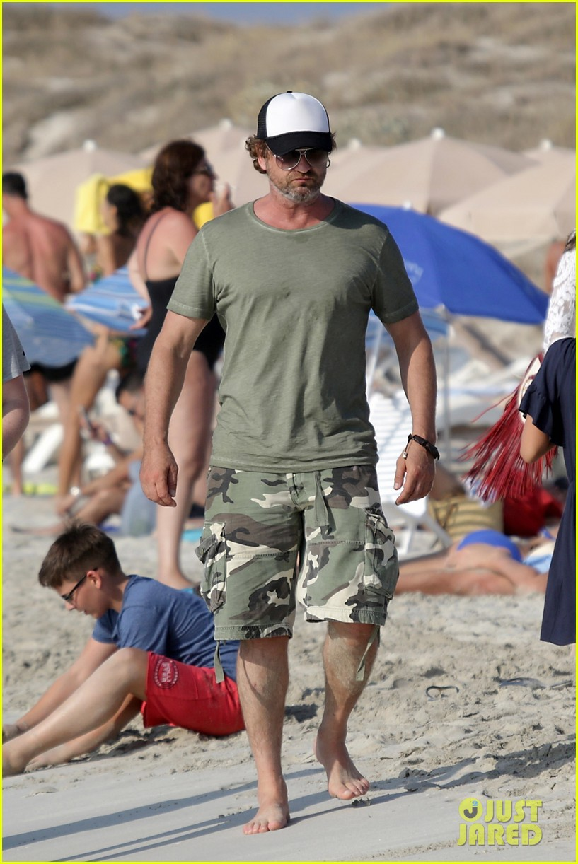 gerard butler beach boat spain friends 403930718
