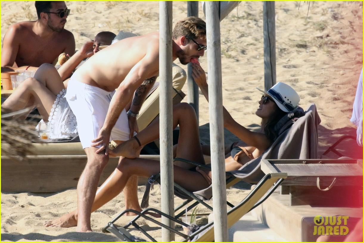 izabel goulart boyfriend kevin trapp flaunt pda at the beach 393925982