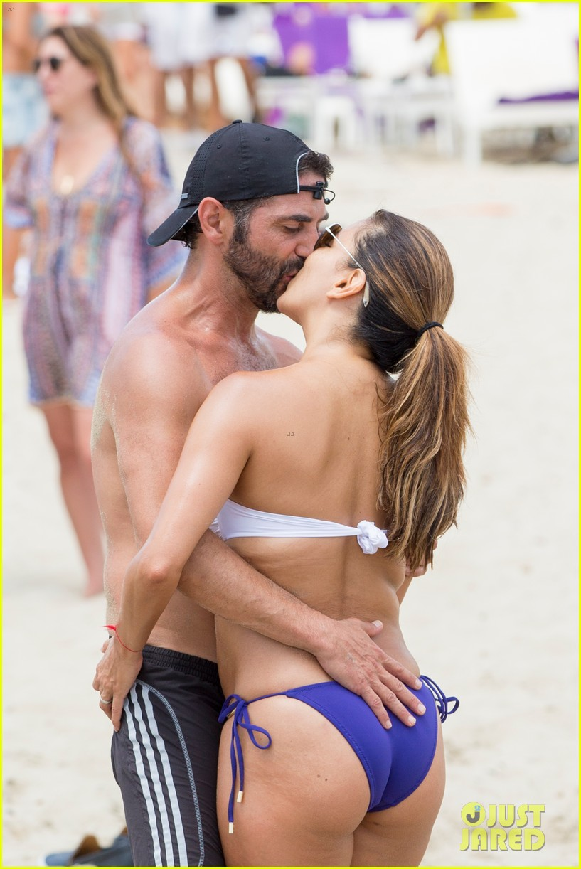 eva longoria flaunts pda with her husband during beach volleyball game 023931470