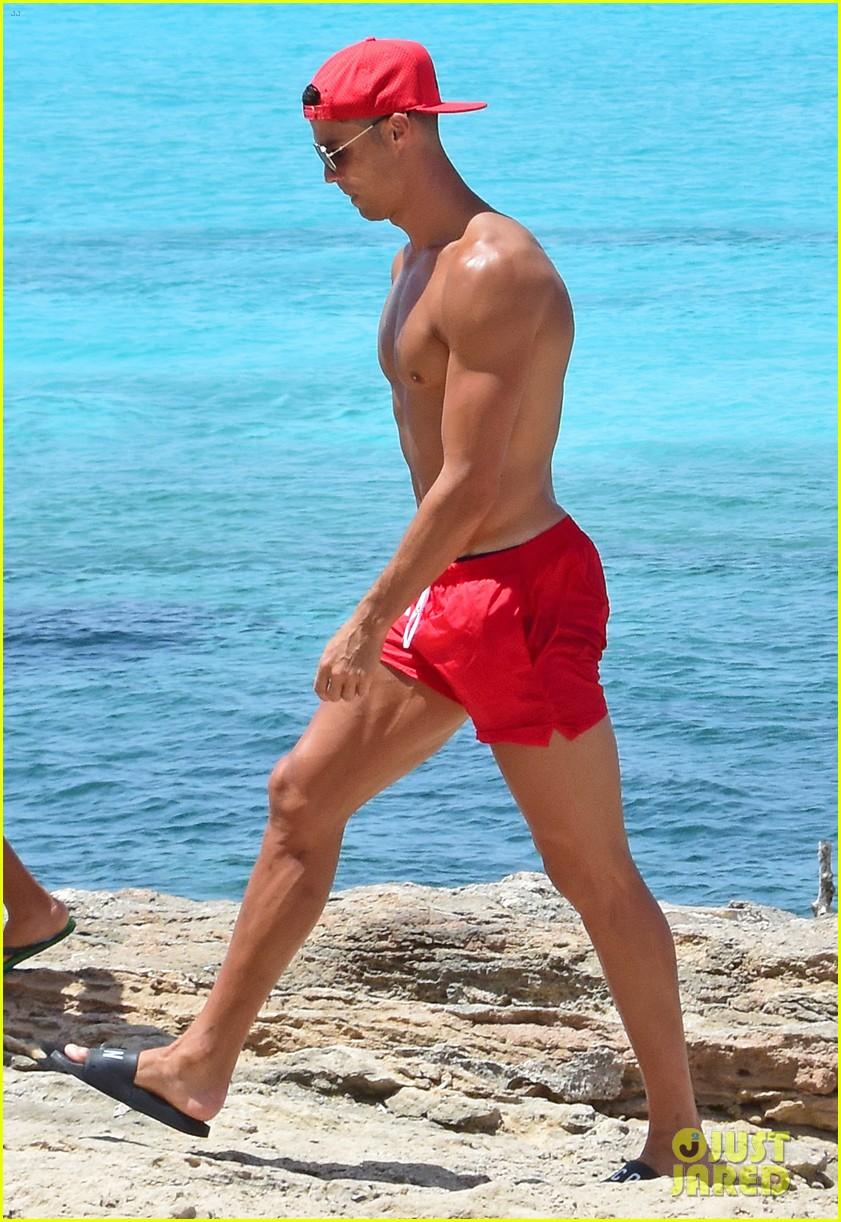 cristiano ronaldo girlfriend beach spain 043929755