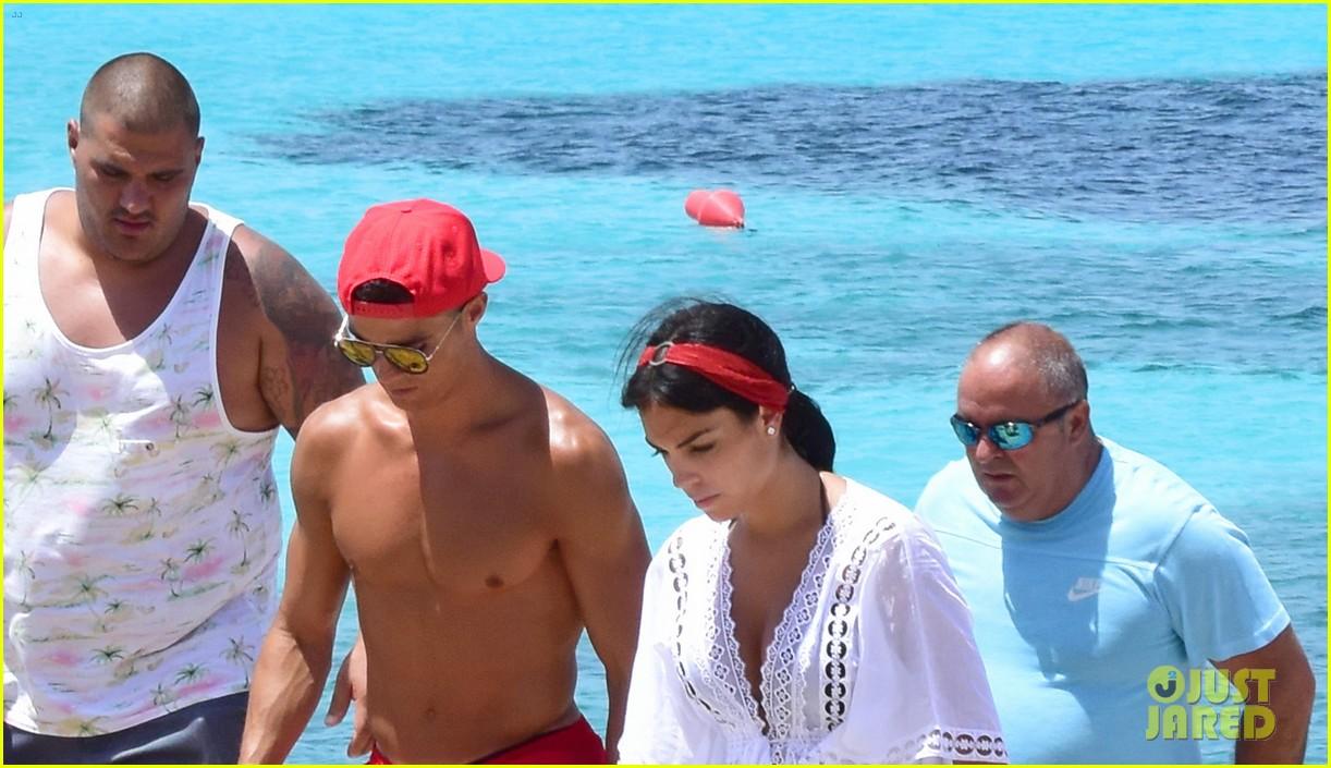 cristiano ronaldo girlfriend beach spain 053926238