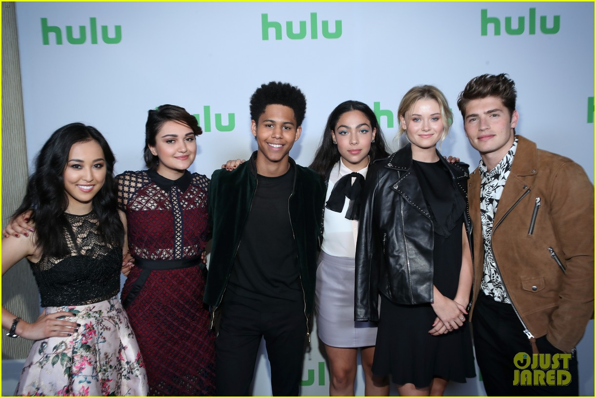 gregg sulkin runaways co stars promote their new show 033934575