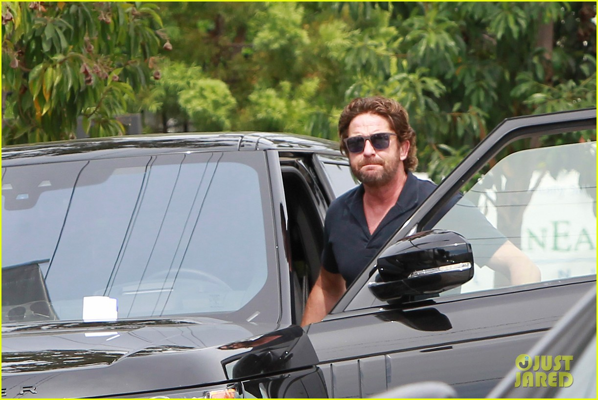 gerard butler flaunts buff biceps during coffee outing 033937104