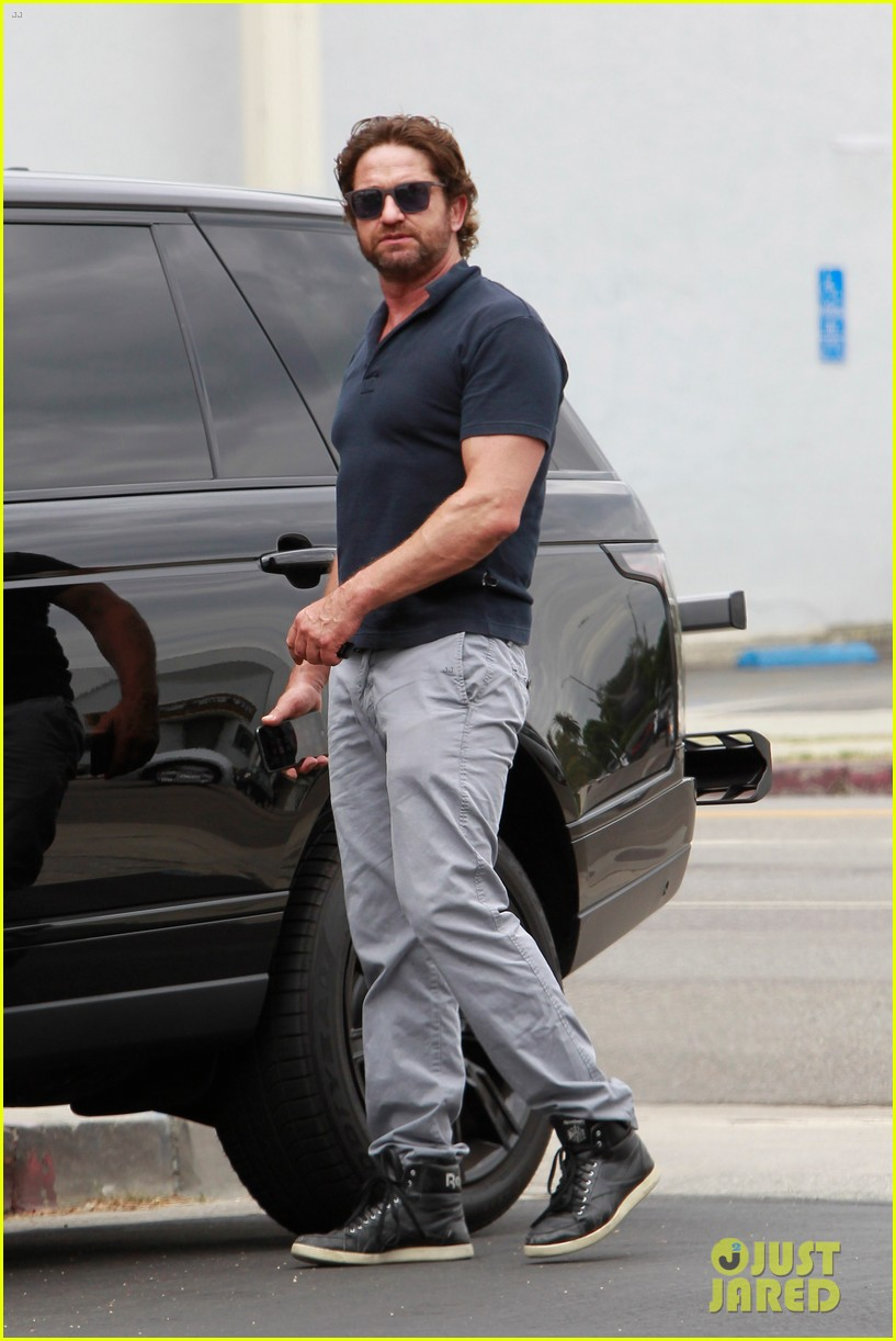 gerard butler flaunts buff biceps during coffee outing 053937106